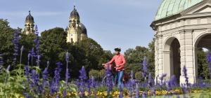 Im Hofgarten in München mit Theatinerkirche im Hintergrund